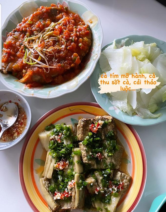 Không còn bận rộn với những show diễn, Phạm Quỳnh Anh có nhiều thời gian vào bếp hơn để nấu ăn cho hai nàng công chúa. Tuần vừa qua, nữ ca sĩ khoe mâm cơm giản dị nhưng ngon miệng, đủ chất với cà tím mỡ hành, cá thu sốt cà chua và cải thảo luộc.