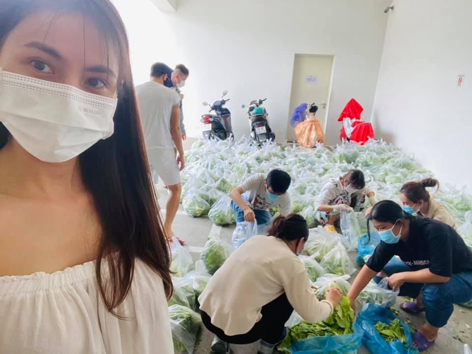 Vợ chồng Thủy Tiên ủng hộ hàng tấn rau củ