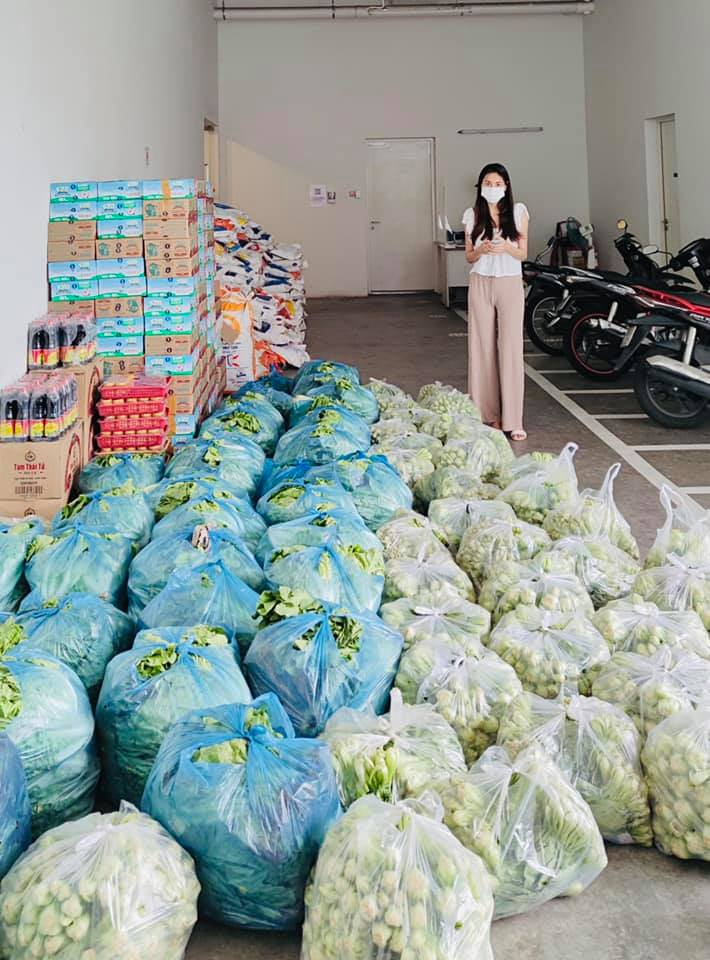 Vợ chồng Thủy Tiên ủng hộ hàng tấn rau củ - 2
