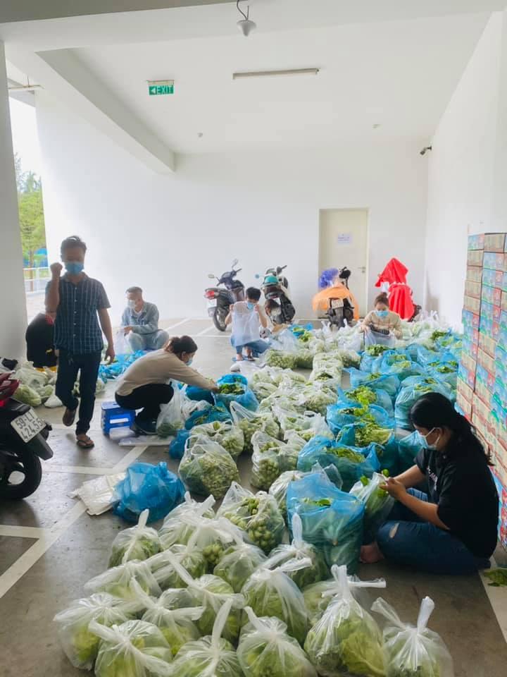 Vợ chồng Thủy Tiên ủng hộ hàng tấn rau củ - 3