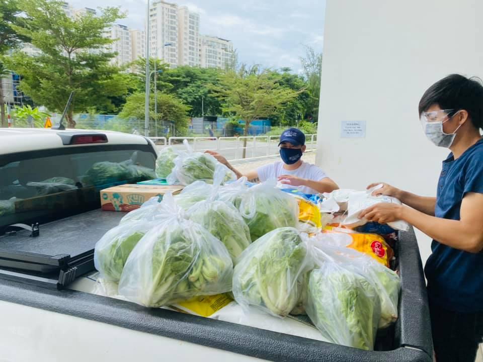 Vợ chồng Thủy Tiên ủng hộ hàng tấn rau củ - 6