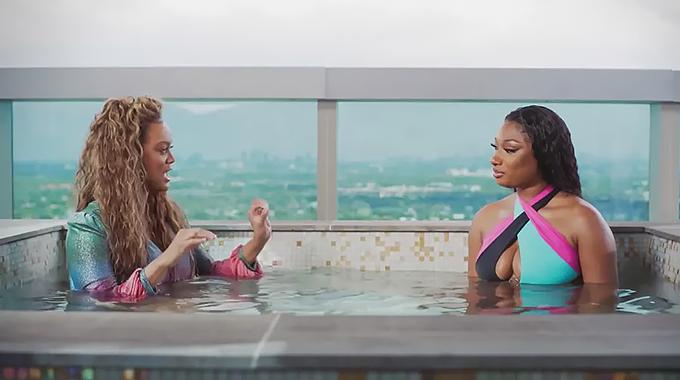 Tyra Banks mặc đầm dạ hội trong bể tắm nóng