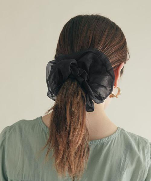 Ở mùa thời trang năm nay, dây buộc tóc với tên gọi scrunchies được hâm nóng trở lại.