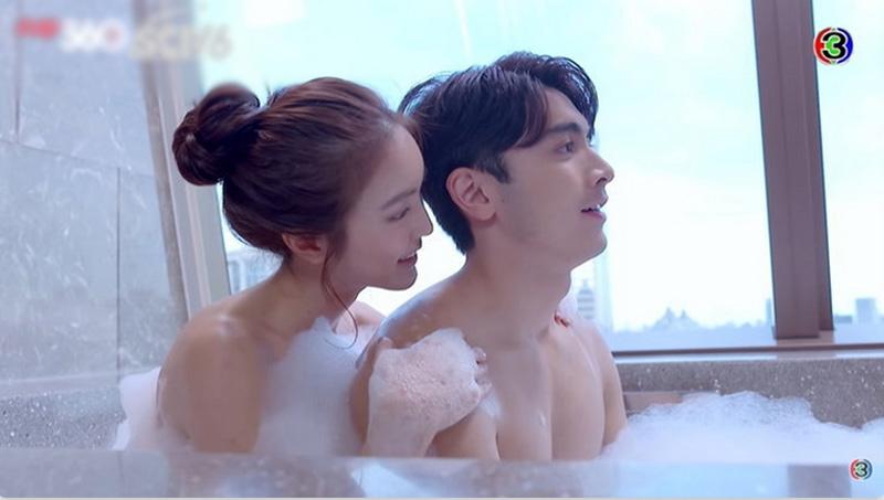 Cảnh tắm chung của hai ngôi sao giúp tăng độ hot cho phim.