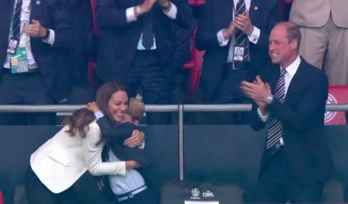George ôm cổ mẹ vui mừng khi Anh ghi bàn thắng đầu tiên trong chung kết Euro. Ảnh: Mirror.