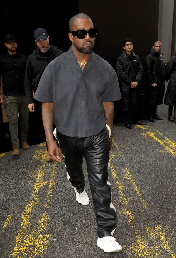 Kanye West hiện bận rộn chuẩn bị phát hành album nhạc mới và dành thời gian bên các con. Anh đệ đơn ly hôn Kim Kardashian vào tháng 4 năm nay sau bảy năm chung sống và có bốn người con. Kanye West được cho là đã chủ động theo đuổi Irina Shayk sau khi ly hôn và hiện vẫn muốn gặp gỡ tiếp với siêu mẫu Nga.