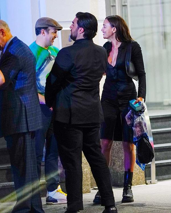 Irina rôm rả trò chuyện với nam diễn viên Jason Sudeikis. Cô vốn quen biết với nhiều nghệ sĩ Hollywood vì từng hẹn hò bốn năm với tài tử tài tử Bradley Cooper.