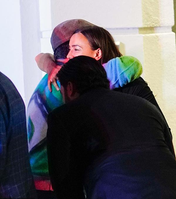 Người đẹp và Sudeikis trao nhau cái ôm thân mật.