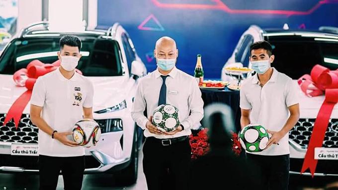Hậu vệ Văn Kiên (phải) cũng mua xe giống Đình Trọng. Ảnh: ĐTFC.