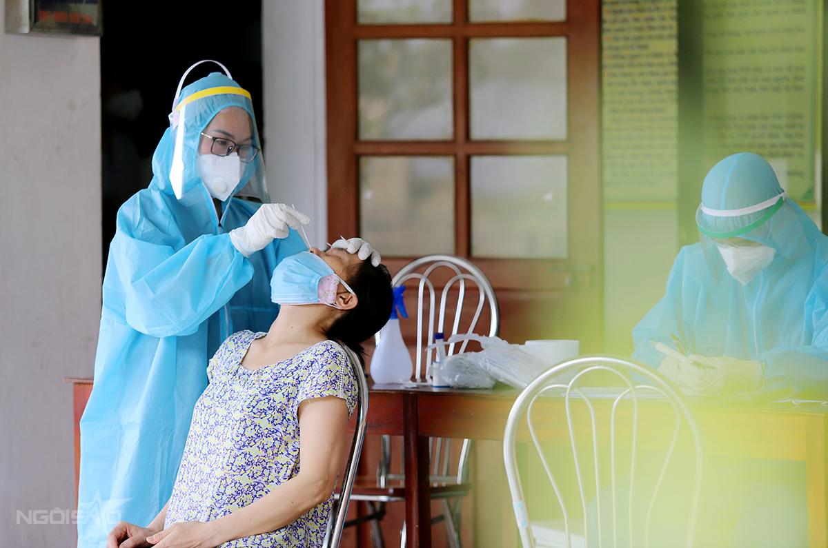 Nhân viên y tế lấy mẫu xét nghiệm nCoV cho người dân Hà Tĩnh hồi cuối tháng 6. Ảnh:Đức Hùng