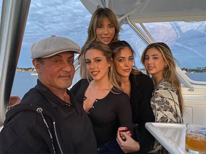 Tài tử Rambo đón sinh nhật hạnh phúc bên vợ con tại Miami, Florida.