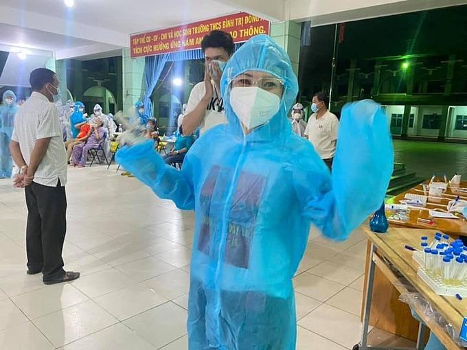 Ca sĩ Phương Thanh trong trang phục bảo hộ khi làm tình nguyện viên.
