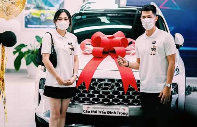 Đình Trọng và bạn gái Trang Heo chụp ảnh khi nhận bàn giao xe. Ảnh: ĐTFC.
