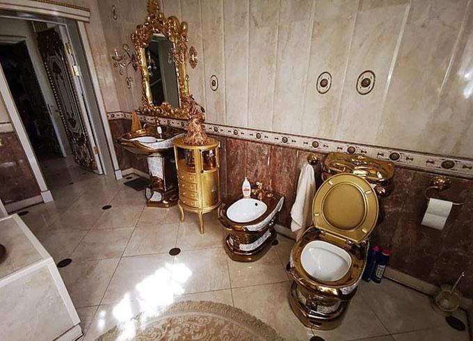 Nhà vệ sinh dát vàng của Đại tá Alexey Safonov (45 tuổi) - cảnh sát trưởng ở vùng Stavropol, Nga. Ảnh: East2west News.
