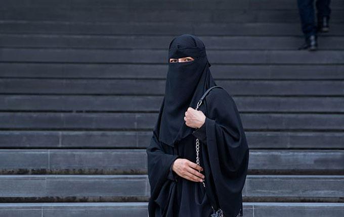 Phụ nữ Hồi giáo ở indonesia mặc niqab tùm kín mít khi ra đường. Ảnh minh hoạ: chomplearn.