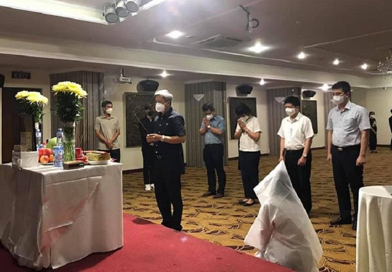 Thứ trưởng Nguyễn Trường Sơn cùng đoàn công tác Bộ Y tế tới chia buồn cùng nữ sinh.