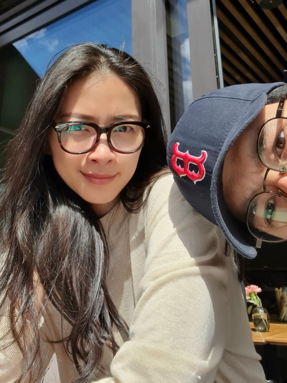 Suốt chuyến đi sang Ma Uy, Ngô Thanh Vân và Huy Trần chưa từng đăng ảnh với nhau. Khán giả chỉ nhận ra chàng giám đốc Việt kiều đưa bạn gái về thăm nhà ở Na Uy thông qua những bức ảnh chekc-in giống nhau. Mới đây, trong một ra ngooài dạo phố, nữ diễn viên mới hé lộ tình trẻ.
