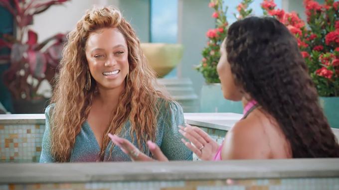 Tyra Banks (trái) chọn trang phục không phù hợp khi ngồi bể tắm nóng cùng Megan Thee Stallion.