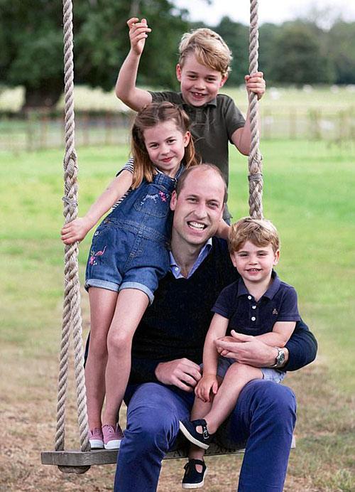 Hoàng tử William và ba con tươi tắn trong ảnh Kate chụp.