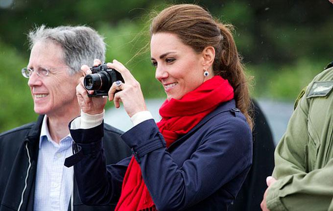 Nữ công tước xứ Cambridge mê chụp ảnh. Ảnh: UK Press.