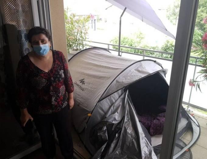 Gia đình ngủ trong lều ở ban công nhà mình đã hơn một tháng vì sợ ma. Ảnh: Le Progres.