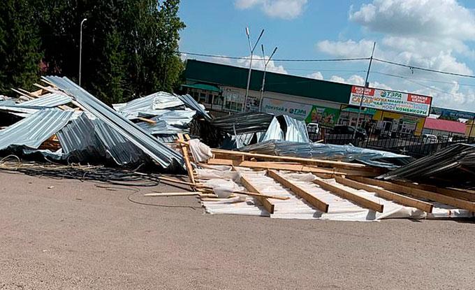 Phần mái tan hoang của trung tâm thương mại sau cơn cuồng phong. Ảnh: East2west News.