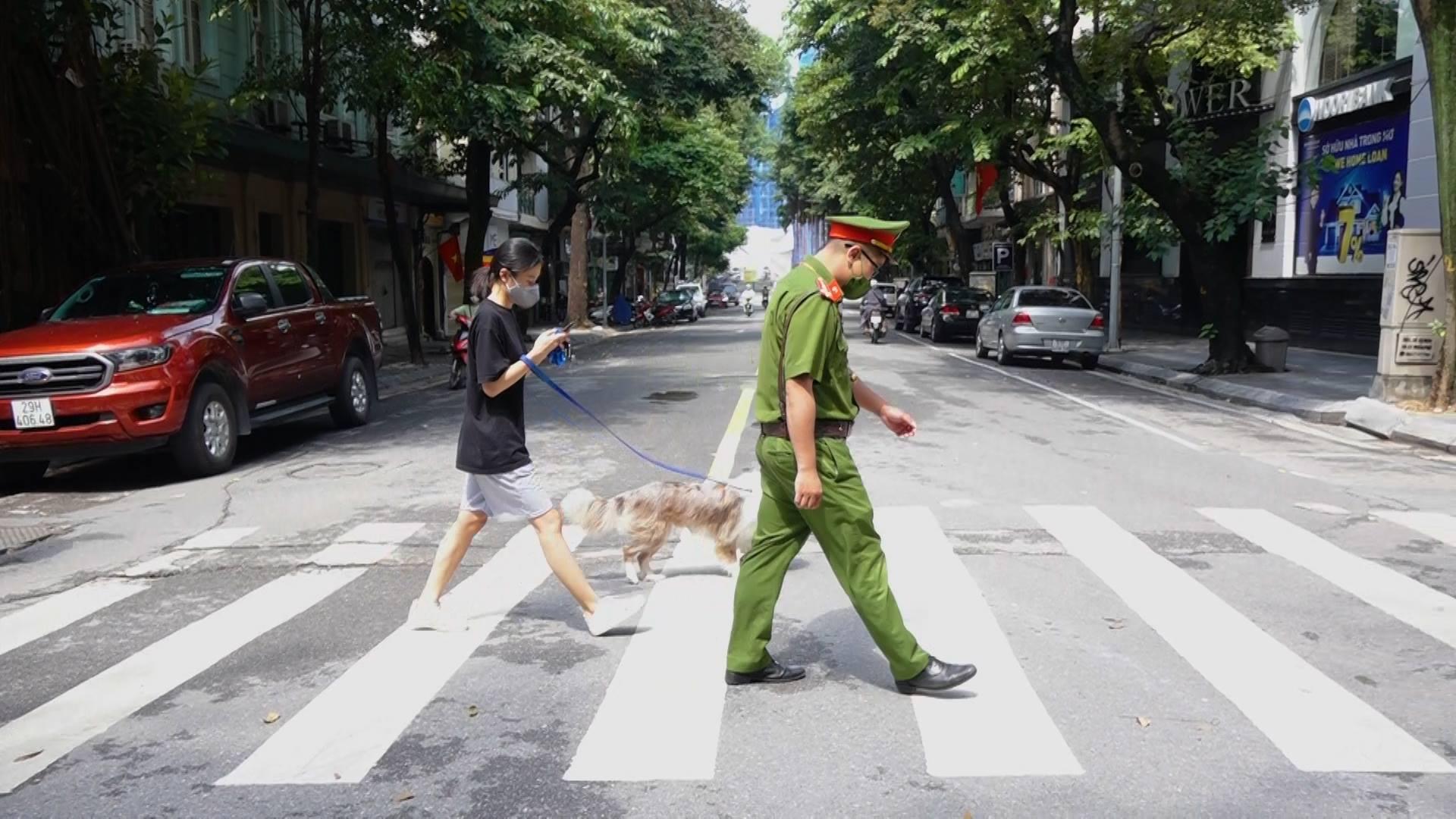 H bị xử phạt 2 triệu đồng sau khi dắt chó đi dạo.