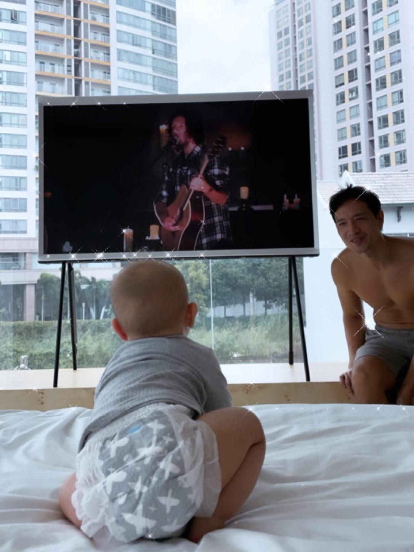 Hồ Ngọc Hà cảm thấy bình yên khi ngắm nhìn ông xã Kim Lý chơi đùa cùng các con sáng cuối tuần.