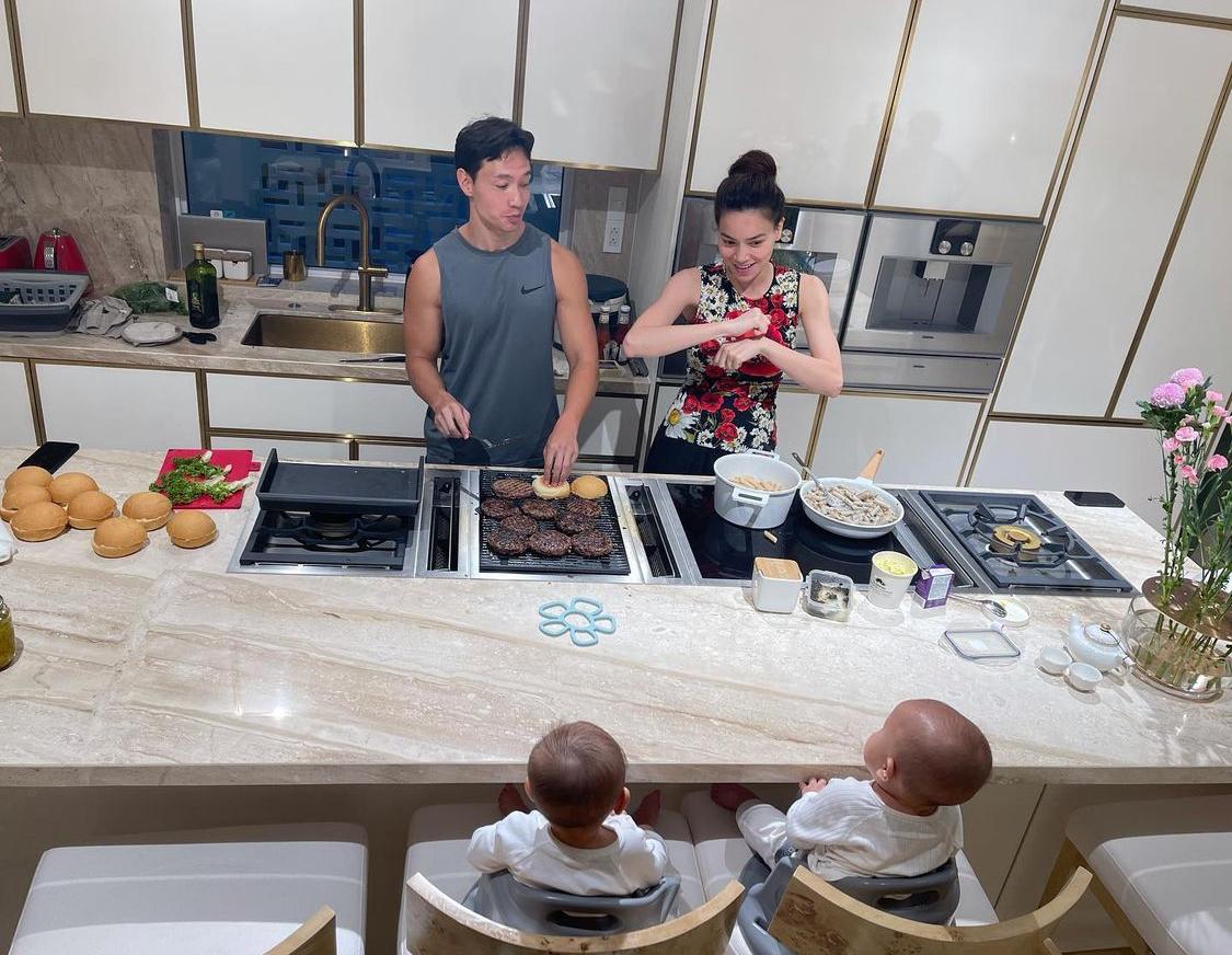 Bếp là nơi vợ chồng Hồ Ngọc Hà yêu thích bởi họ có thể vừa nấu nướng vừa pha trò với các con.