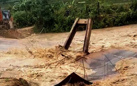 Chiếc cầu tạm bắc qua suối Xim, xã Quang Chiểu bị cuốn trôi chiều 23/7. Ảnh: Lam Sơn.