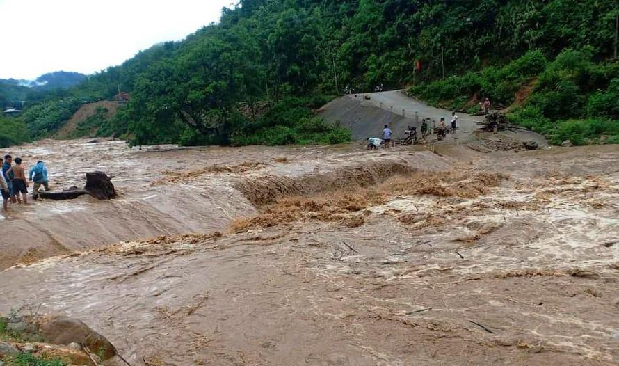 Nước lũ đổ về suối Sim chia cắt các thôn bản ở xã Mường Chanh. Ảnh: Lam Sơn.