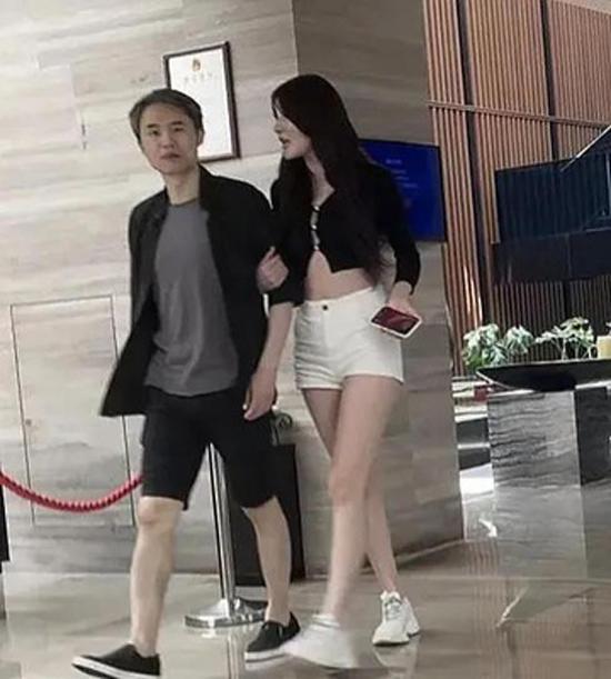 Giáo sư Zhou Xuanyi và bạn gái kém 19 tuổi. Ảnh: Weibo.