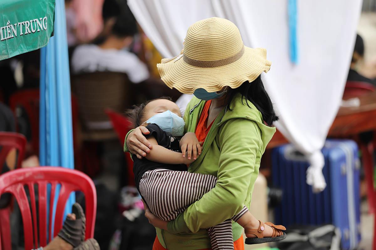 Người dân từ TP HCM vạ vật ở ga Huế sáng 24/7. Ảnh: Vạn An