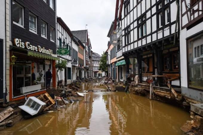 Cảnh tượng ngập nước, nhà cửa bị phá hỏng bởi mưa lũ trên một con phố ở Đức tuần trước. Ảnh: Anadolu Agency.