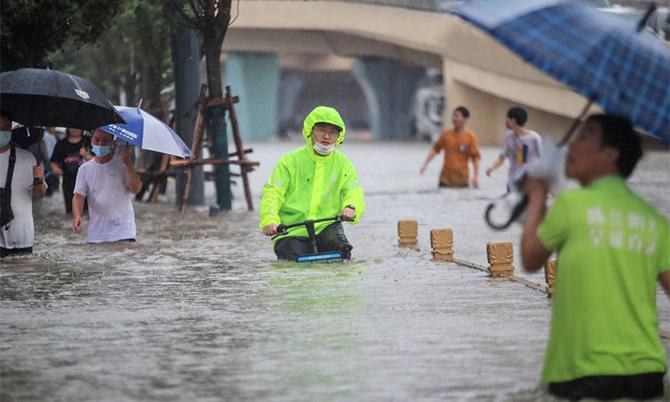 Mưa lũ khiến các con đường ở thành phố Trịnh Châu ngập nặng. Ảnh: AFP.