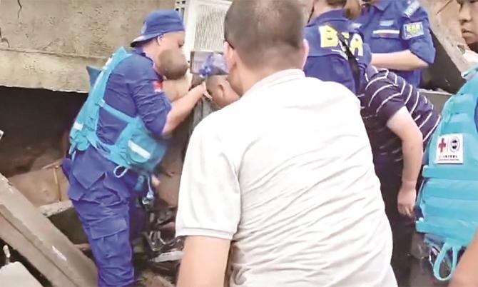 Bé gái được giải cứu trong đống đổ nát tại làng Wangzongdian ở tỉnh Hà Nam. Ảnh: CCTV.