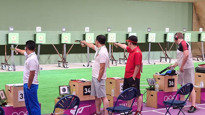 Hoàng Xuân Vinh (hộp số 34)  trong phần thi vòng loại nội dung 10 m súng ngắn hơi nam Olympic Tokyo 2020. Ảnh: Thu Sâm.