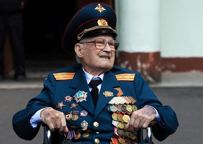 Cựu binh Nga Nikolai Bagayev, người chiến thắng Covid-19 ở tuổi 102. Ảnh: Reuters.