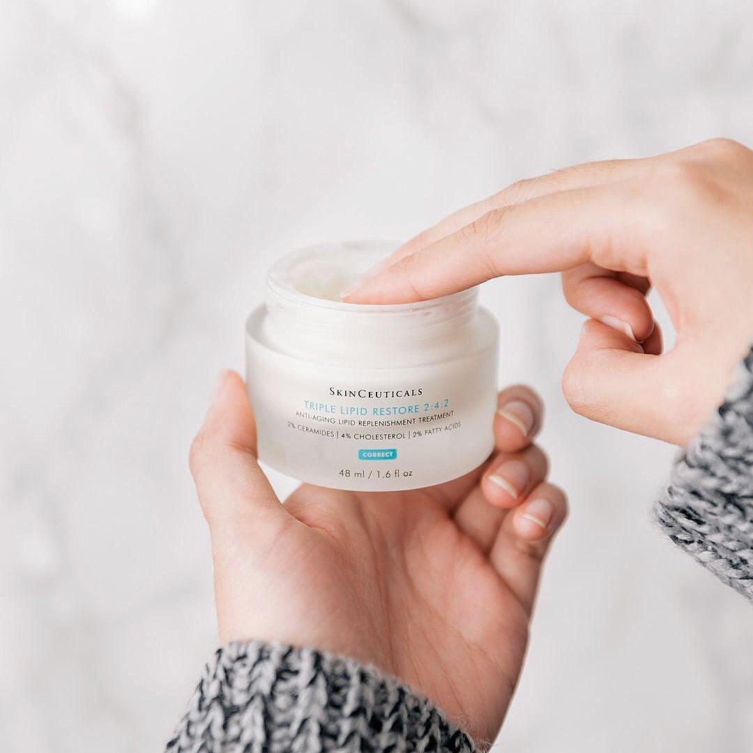 Kem dưỡng ẩm chống lão hoá giúp tăng sinh collagen, cho làn da căng mịn.
