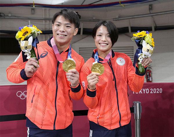 Hai anh em Hifumi và Uta nhà Abe cùng giành HC vàng judo hôm 25/7. Ảnh: JT.