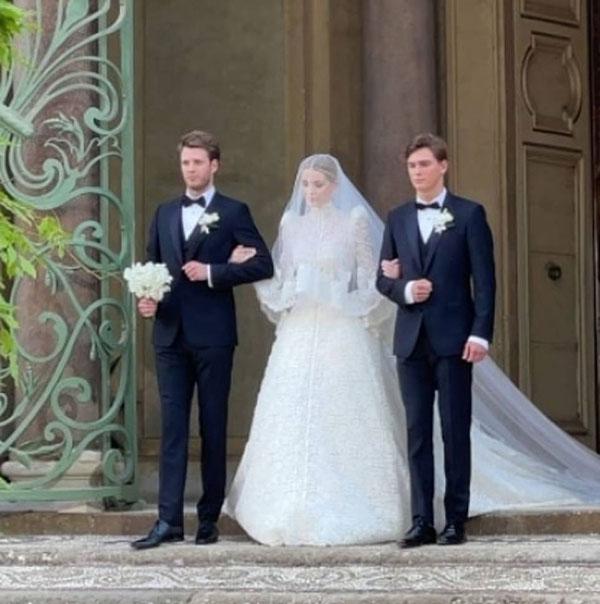 Cháu gái Diana được hai em trai - Louis Spencer và Samuel Aitken đưa vào lễ đường. Ảnh: Instagram.