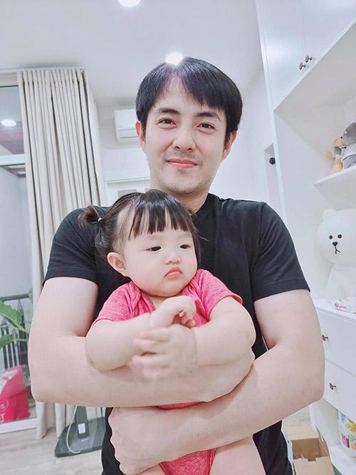 Ông Cao Thắng mừng con gái Winnie được 9 tháng tuổi.