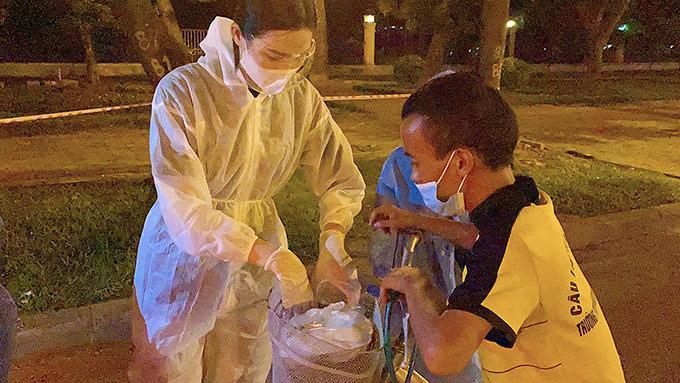 Hoa hậu Đỗ Thị Hà trong đồ bảo hộ đi phát cơm từ thiện cho những hoàn cảnh khó khăn, thất nghiệp mắc kẹt lại Hà Nội do dịch Covid-19.
