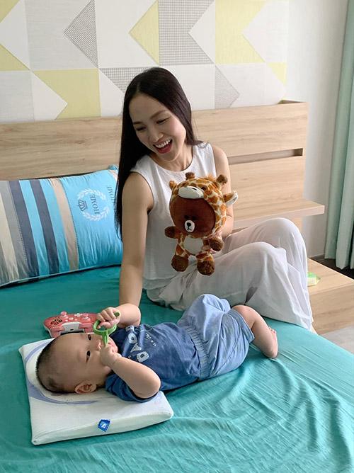 Thái Ngọc Bích - bà xã ca sĩ Phan Đinh Tùng - chơi đùa cùng con trai.