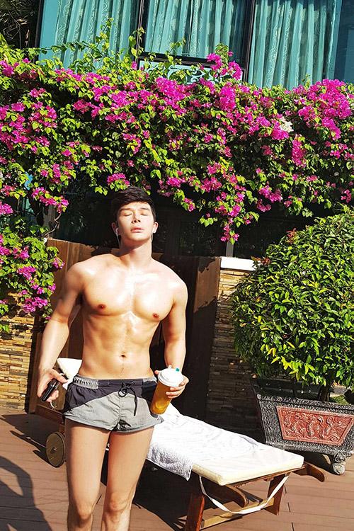 Nathan Lee khoe body săn chắc khi ở nhà. Trước đó nam ca sĩ từng bị Cao Thái Sơn mỉa mai ngực đầy silocon. Tuy nhiên Nathan Lee khẳng định anh không làm ngực và tuyên bố thưởng tiền khủng cho ai có bằng chứng anh bơm silicon vào ngực.