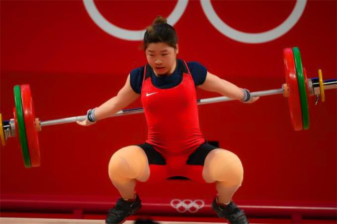 Thất bại ở mức cử đẩy 119 kg dập tắt hy vọng giành huy chương của Hoàng Thị Duyên. Ảnh: AFP.