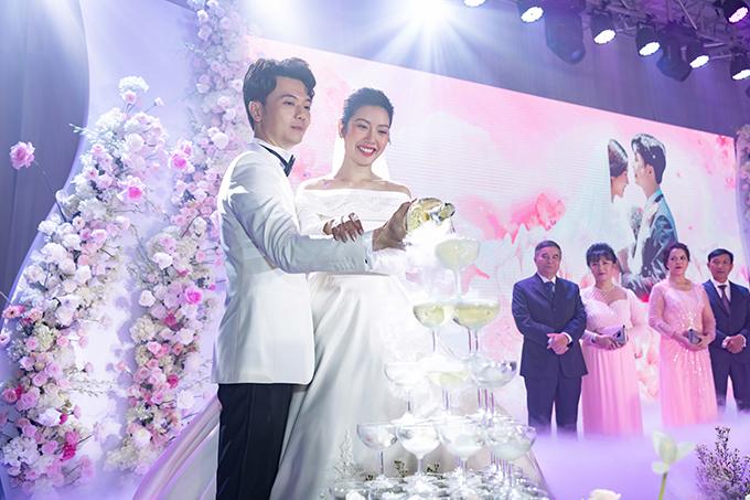 Á hậu Thúy Vân và ông xã Hoàng Nhật tại hôn lễ. Hai vợ chồng từng định cưới sau Tết Nguyên đán 2020 nhưng phải dời tới ngày 25/7 mới có thể tổ chức.