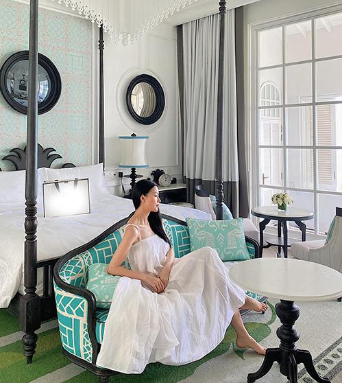 Váy hai dây không kén dáng là trang phục được Phương Khánh yêu thích nhất khi ở nhà tránh dịch.