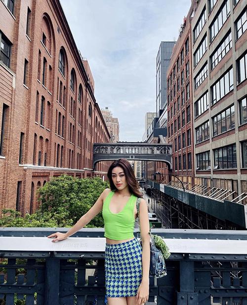 Khánh Vân nổi bật trên phối nhờ sắc màu bắt mắt của áo thun ôm đi cùng chân váy ngắn sexy.