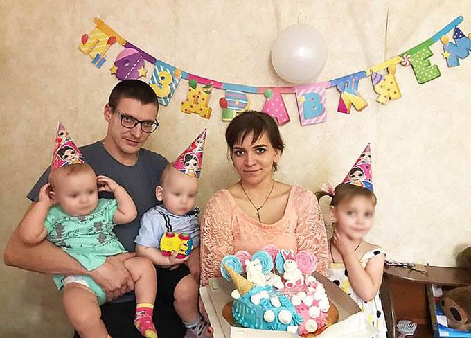 Gia đình Egor, bao gồm bố mẹ, chị gái 4 tuổi và chị em song sinh 18 tháng tuổi. Ảnh: East2west News.